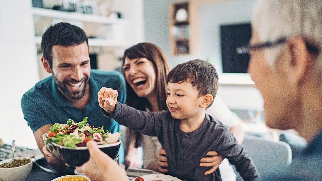 Familie isst eine gesunde Mahlzeit zu Hause