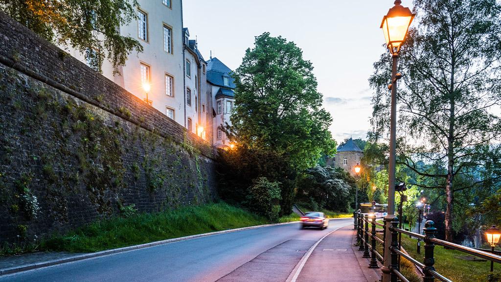 Voiture circulant dans le centre ville de Luxembourg