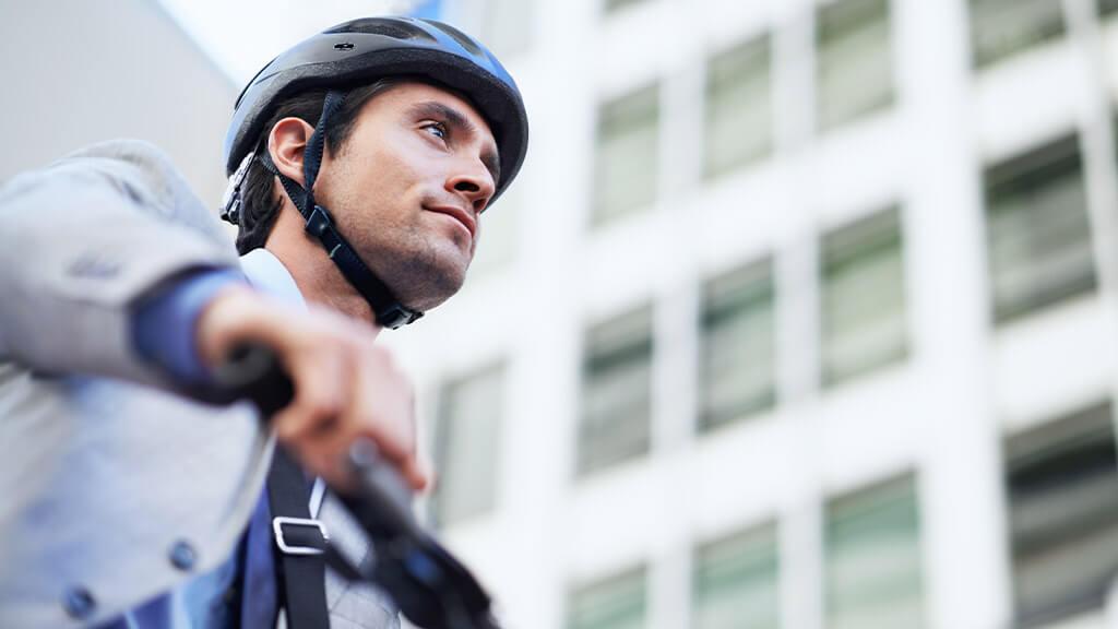 Homme qui circule en ville avec son vélo