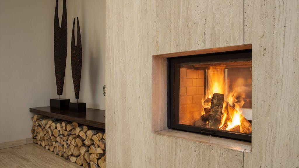 âtre avec un feu de bois