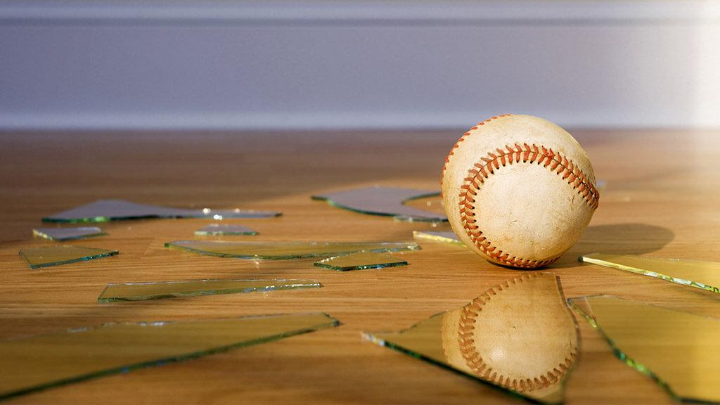 fenêtre cassée par une balle de baseball