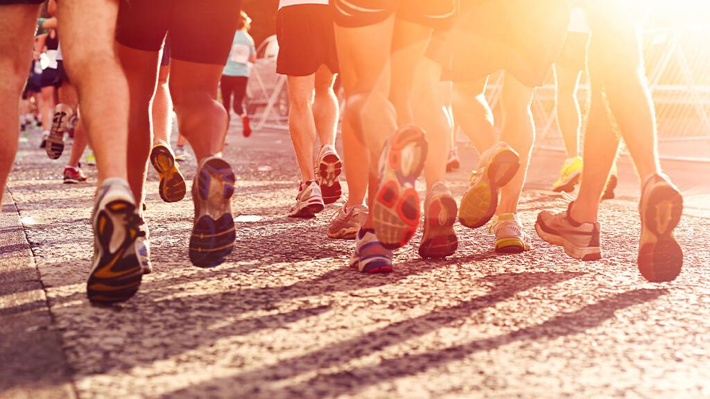 personnes vue de dos qui participent à une course à pied